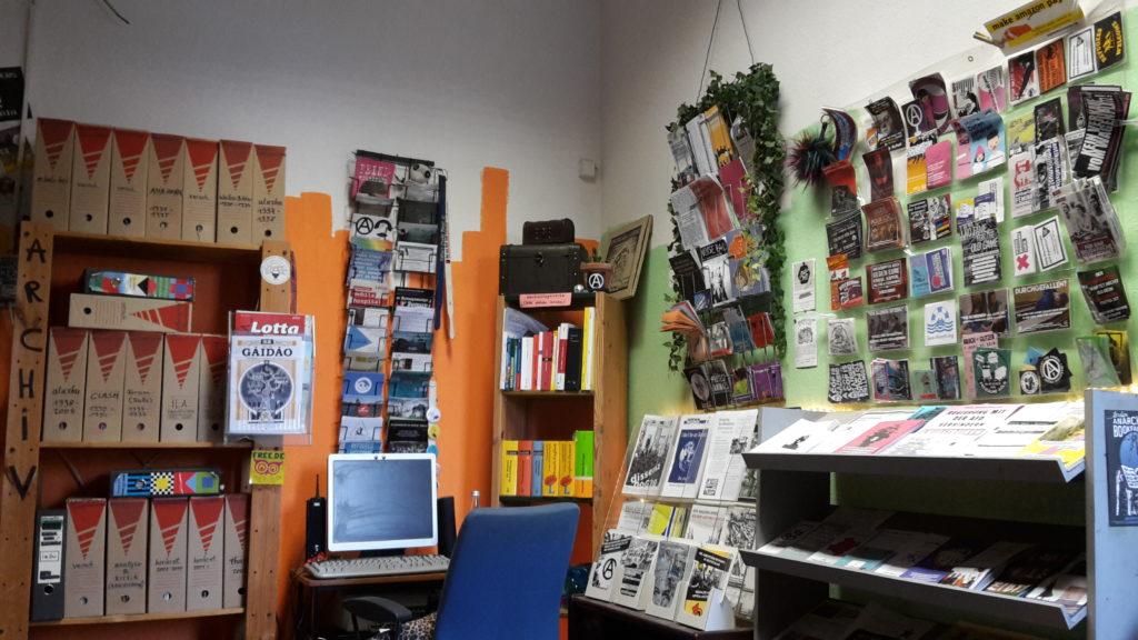 Blcik in den Infoladen mit Zeitschriften-Archiv, sowie Broschüren, Flugblätter und Aufklebern